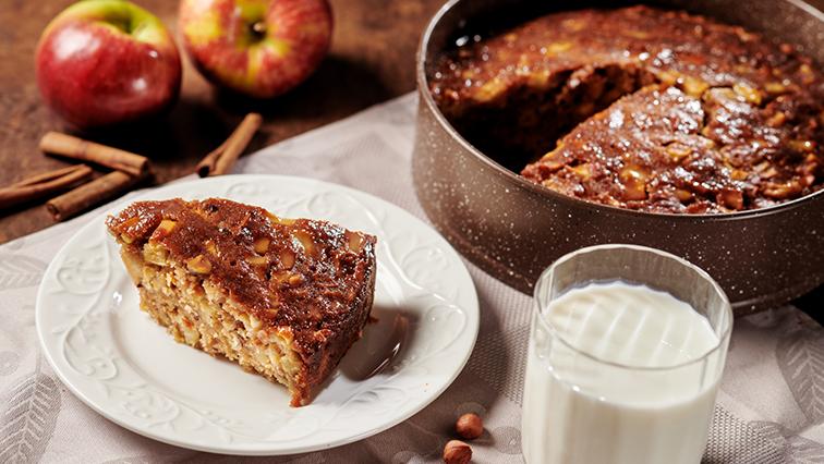 Svieži hrnčekový jablkový koláč s vanilkovým krémom