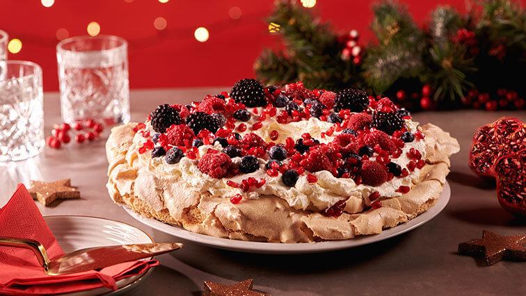 Pavlova torta s mascarpone v tvare vianočného venca